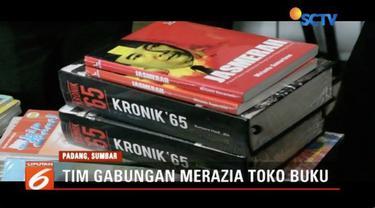 Tim gabungan merazia sebuah toko buku di Kota Padang, Sumbar. Dalam razia, tim mengambil sejumlah buku yang diduga berisi ajaran komunisme.