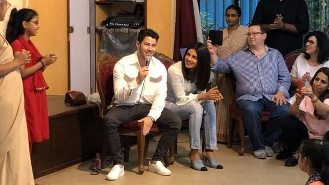 Priyanka Chopra dan Nick Jonas saat menggelar syukuran di panti asuhan (Instagram/priyankachopra)