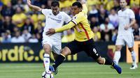 Hazard berduel dengan pemain Watford Deeney (Reuters)