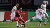 Pemain Indonesia, Septian David berusaha melewati pemain Palestina pada laga Asian Games di Stadion Patriot, Bekasi, Rabu (15/8). Timnas Indonesia U-23 dipaksa menyerah 1-2 oleh Palestina. (Bola.com/Vitalis Yogi Trisna)