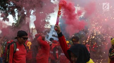 Tutup May Day, Buruh Nyalakan Bom Asap