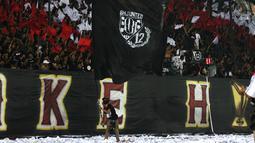 Suporter Bali United memberikan dukungan saat melawan Madura United pada laga Liga 1 2019 di Stadion Kapten I Wayan Dipta, Bali, Minggu (22/12). Bali kalah 0-2 dari Madura. (Bola.com/Aditya Wany)