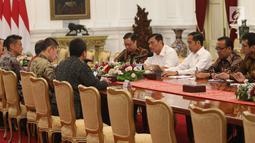 Presiden Joko Widodo (Jokowi) didampingi sejumlah Menteri Kabinet Kerja menerima CEO Grab Anthony Tan, Presiden Direktur SoftBank Masayoshi Son, CEO Tokopedia William Tanuwijaya dan President of Grab Indonesia Ridzki Kramadibrata di Istana Merdeka, Senin (29/7/2019). (Liputan6.com/Angga Yuniar)