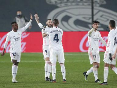 Para pemain Real Madrid merayakan kemenangan atas Granada pada laga Liga Spanyol di Stadion Alfredo Di Stefano, Kamis (24/12/2020). Real Madrid menang dengan skor 2-0. (AP/Bernat Armangue)