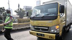 Polisi memberhentikan kendaraan saat hari pertama pemberlakuan perluasan sistem ganjil genap di Jalan Salemba Raya, Jakarta, Senin (9/9/2019). Perluasan sistem ganjil genap diberlakukan setelah sebelumnya dilakukan uji coba. (merdeka.com/Iqbal Nugroho)