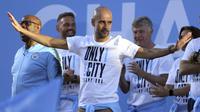 Pelatih Manchester City, Pep Guardiola, saat melakukan parade juara Premier League di Manchester, Senin (14/5/2018). The Citizens menjadi tim terbaik dengan raihan 100 poin. (AP/Richard Sellers)