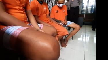 Memakai baju tahanan, nampak tiga penjahat spesialis pencuri mobil di Tasikmalaya, Jawa Barat lesu usai tertangkap petugas polres Tasikmalaya.