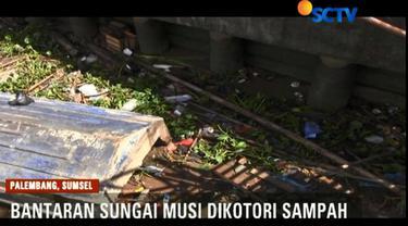 Usai libur Lebaran, bantaran Sungai Musi masih dikotori dengan berbagai jenis limbah rumah tangga, dan gulma eceng gondok.