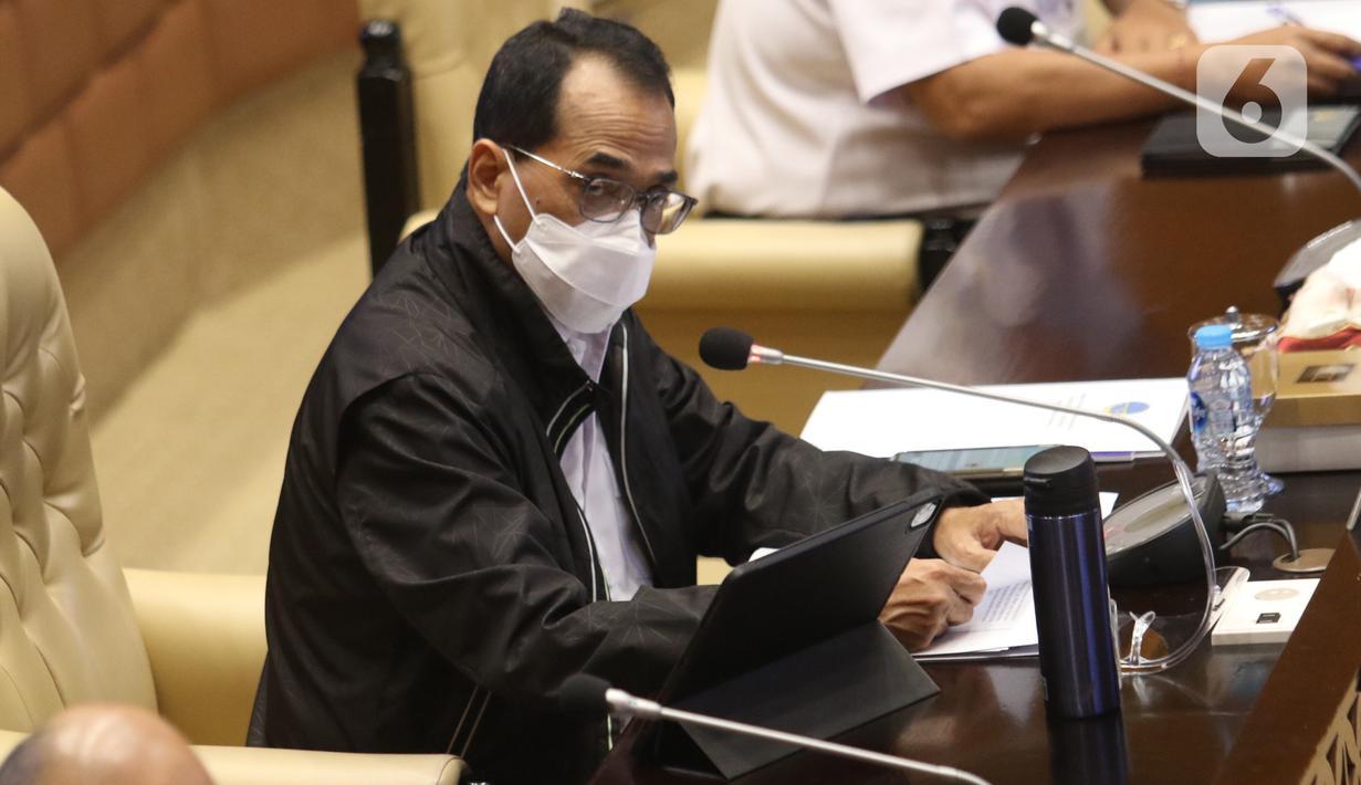 Menteri Perhubungan Budi Karya Sumadi mengikuti rapat kerja dengan Komisi V DPR di Kompleks Parlemen, Senayan, Jakarta, Senin (25/1/2021). Rapat kerja tersebut membahas evaluasi pelaksanaan anggaran tahun 2020 serta program kerja Kementerian Perhubungan tahun 2021. (Liputan6.com/Angga Yuniar)