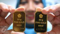 Perhari ini harga jual emas batangan Antam ukuran satu gram dibanderol di harga Rp 599.000 per gram, Jakarta, Senin (10/10). Sedangkan harga buyback emas atau pembelian kembali, naik Rp 1.000 menjadi Rp 525 ribu per gram. (Liputan6.com/Angga Yuniar)