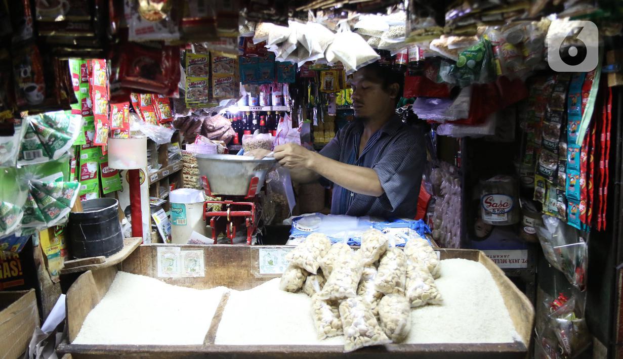 Pedagang menata barang dagangannya di sebuah pasar di Jakarta, Rabu (1/4/2020). Badan Pusat Statistik (BPS) mengumumkan pada Maret 2020 terjadi inflasi sebesar 0,10 persen, salah satunya karena adanya kenaikan harga sejumlah makanan, minuman, dan tembakau. (Liputan6.com/Angga Yuniar)