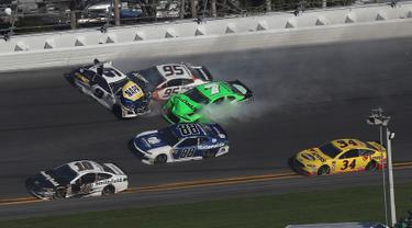 Mobil pembalap wanita, Danica Patrick (warna hijau) mengalami tabrakan beruntun saat perlombaan balap Nascar Daytona 500 Cup di Daytona International Speedway (18/2). (Sean Gardner/Getty Images/AFP)