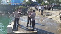 Rangkaian kegiatan upacara tabur bunga dimulai dengan penghormatan kepada arwah Pahlawan, mengheningkan cipta dan penaburan bunga di laut.
