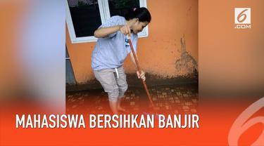 Mahasiswa Universitas Negeri Makassar turut membantu membersihkan rumah korban banjir di Gowa, Sulawesi Selatan.