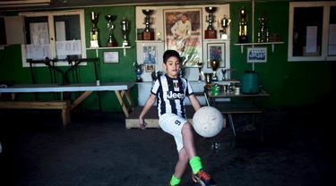 Seorang bocah mengenakan baju Juventus dengan nama Arturo Vidal di pinggiran kota Santiago. (Pablo Sanhueza)