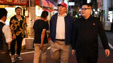 Peniru pemimpin Korea Utara, Kim Jong-un dan peniru Presiden AS, Donald Trump berjalan-jalan selama gelaran KTT G20 di Osaka, Jepang, Jumat (28/6/2019). Sejumlah pemimpin dunia berkumpul dalam KTT G20 yang berlangsung dua hari di Osaka. (Charly TRIBALLEAU/AFP)