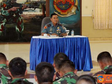Citizen6, Surabaya: Setelah selesai melaksanakan apel khusus, Komandan Korps Marinir memberikan arahan kepada seluruh Perwira Marinir Wilayah Timur di ruang rekreasi Batalyon Arhanud-1 Marinir. (Pengiirm: Budi Abdillah).