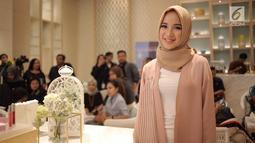 Aktris Chacha Frederica tersenyum mengenakan hijab saat menghadiri launching produk kosmetik milik Shandy Aulia di kawasan Jakarta, Rabu (30/5). (Liputan6.com/Faizal Fanani)