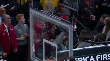 Berita Video momen bahagia saat para bintang NBA give away sepatunya kepada para fans, termasuk LeBron James