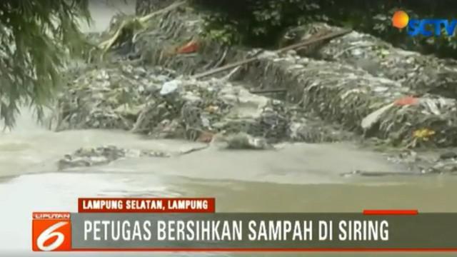 BPBD Lampung Selatan bersihkan tumpukan sampah sisa banjir bandang dalam siring.