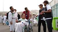 Lelah berjalan usai lempar jumrah, jemaah haji Indonesia sewa kursi roda ilegal yang harganya selangit. (MCH Indonesia)