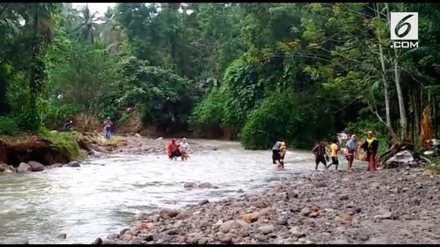 Demi menghadiri wisuda, seorang mahasiswi beserta keluarganya nekat seberangi sungai. Mereka melakukan tindakan berbahaya tersebut karena Jalan Trans Sumatera yang putus.