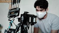 Reza Rahadian di lokasi syuting Sementara Selamanya. (Foto: Dok. Spasi Moving Image)