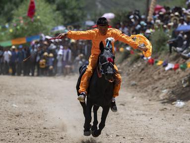 Seorang peserta bersaing dalam pacuan kuda di Lhasa, Daerah Otonom Tibet, China barat daya, 8 Agustus 2020. (Xinhua/Purbu Zhaxi)