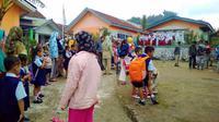 Anak-anak TK berlarian keluar kelas lantaran tembok retak akibat gerakan tanah di Desa Susukan, Banjarnegara . (Foto: Liputan6.com/RAPI BNA/Muhamad Ridlo)