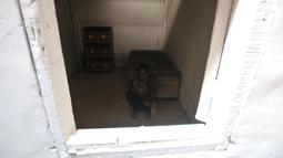 Sejak itu, Kudus yang masih berstatus lajang bersama kedua adiknya terpaksa beraktivitas di rumah tanpa adanya listrik.(merdeka.com/Iqbal Nugroho)