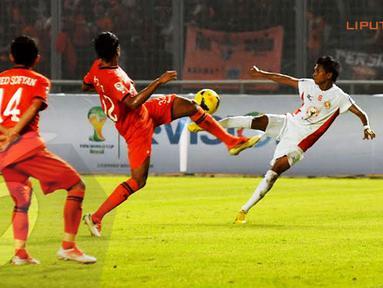 Rohit Chand (Persija Jakarta - tengah) berusaha menahan bola yang ditendang Ricky Akbar Chorella (Semen Padang) (Liputan6.com/Helmi Fithriansyah)