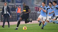 Penyerang Inter Milan, Romelu Lukaku (tengah) membawa bola dari kawalan tiga pemain Lazio pada pertandingan lanjutan Liga Serie A Italia di stadion Olimpiade Roma, Minggu, (16/2/2020). Lazio menang 2-1 atas Inter Milan.  (AFP/Andreas Solaro)