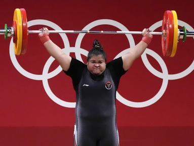Lifter Indonesia Nurul Akmal berlaga pada cabang angkat besi +87 kg putri Olimpiade Tokyo 2020 di Tokyo, Jepang, Senin (2/8/2021). Nurul Akmal gagal mempersembahkan medali untuk Indonesia. (AP Photo/Luca Bruno)