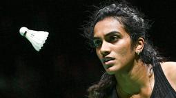 Pebulu tangkis Putri India Pusarla Venkata Sindhu saat menghadapi Nozomi Okuhara dari Jepang pada babak final Kejuaraan Dunia Bulu Tangkis 2019 di St. Jakobshalle, Basel, Swiss, Minggu (25/8/2019). Sindhu menjadi juara dunia tunggal putri setelah menang dengan skor 21-7, 21-7. (FABRICE COFFRINI/AFP)