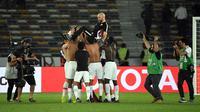 Pemain Timnas Qatar selebrasi bersama sang pelatih, Felix Sanchez, seusai ke semifinal Piala Asia 2019 dengan mengalahkan Korsel 1-0 di perempat final di Zayed Sports Stadium, Abu Dhabi (25/1/2019). (AFP/Khaled Desouki)