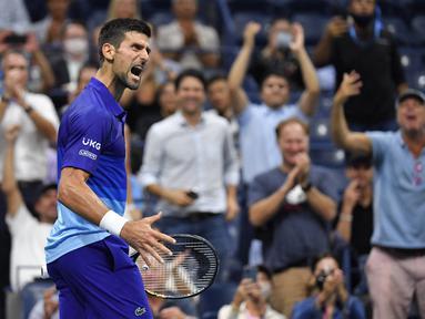 Petenis Serbia, Novak Djokovic bereaksi setelah memenangkan perempat final AS Terbuka 2021 melawan Matteo Berrettini dari Italia di Arthur Ashes Stadium, New York, Kamis (9/9/2021). Petenis nomor satu dunia itu melaju ke semifinal usai menang 5-7, 6-2, 6-2, 6-3. (Ed JONES/AFP)