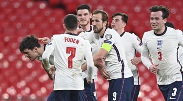 Para pemain Inggris merayakan gol kedua ke gawang Polandia yang dicetak bek Harry Maguire (kiri) dalam laga lanjutan Kualifikasi Piala Dunia 2022 Zona Eropa Grup I di Wembley Stadium, London, Rabu (31/3/2021). Inggris menang 2-1 atas Polandia. (AP/Andy Rain)