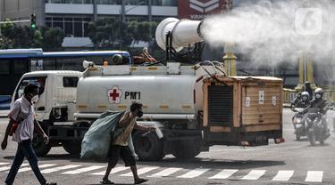 FOTO: PMI Lakukan Penyemprotan Disinfektan Rutin Saat PPKM Darurat