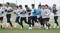 Pelatih Shin Tae-yong mempersiapkan timnya dengan melakukan laga internal untuk mengasah kemampuan Timnas Indonesia U-19. (dok. PSSI)