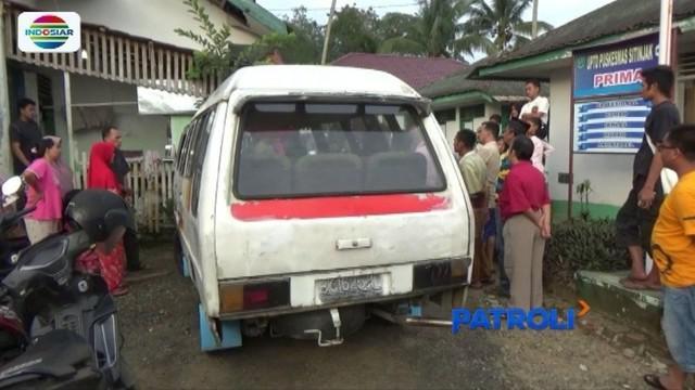 Seorang sopir angkutan di Tapanuli Selatan, dilarikan ke rumah sakit lantaran ditikam penumpangnya secara tiba-tiba dan tanpa alasan.