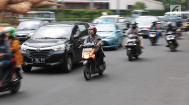 Sejumlah kendaraan roda dua melintas di persimpangan kawasan Jalan MH Thamrin, Jakarta, Jumat (20/9). Untuk menekan angka kecelakaan di Ibu Kota, BPTJ Kementerian Perhubungan berencana membatasi volume sepeda motor di Jakarta.(Liputan6.com/Faizal Fanani)