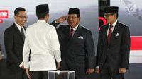 Capres dan Cawapres nomor urut 02 Prabowo Subianto-Sandiaga Uno hormat kepada Capres 01 Joko Widodo sebelum Debat Pilpres 2019 kelima di Hotel Sultan, Jakarta, Sabtu (13/4). Debat tersebut merupakan debat terakhir setelah kampanye akbar Jokowi-Ma'ruf Amin. (Liputan6.com/Johan Tallo)