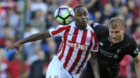 Pemain Stoke City, Saido Berahino (kiri) berduel dengan pemain Liverpool, Ragnar Klavan pada laga Premier League pekan ke-32 di Britannia Stadium, Stoke, (8/4/2017). Liverpool menang 2-1. (AP/Rui Vieira)