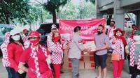 Relawan Solmet menyerahkan bantuan paket sembako ke Brimob. (Ist)