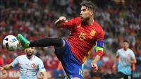 Bek Spanyol, Sergio Ramos, bersiap menendang bola saat laga Grup D Piala Eropa 2016 melawan Turki di Stadion Allianz Riviera, Prancis, Jumat (17/6/2016). (AFP/Boris Horvat)