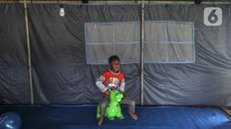 Anak-anak pengungsi Gunung Merapi bermain kuda-kudaan di Barak Pengungsian Glagaharjo, Cangkringan, Sleman, Yogyakarta, Jumat (20/11/2020). Bertepatan dengan Hari Anak Sedunia yang jatuh pada minggu ini, mereka berharap kondisi segera pulih dan cepat kembali ke rumah. (Liputan6.com/Johan Tallo)