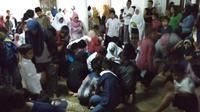 Maulid Nabi, 500 anak Berebut Uang Receh Rp 5 Juta di Masjid Kediri. (Liputan6.com/Dian Kurniawan)