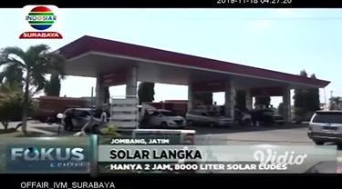 Kelangkaan solar terjadi di beberapa SPBU di Jombang, Jawa Timur. Akibatnya, sejumlah kendaraan yang akan mengisi solar, antri hingga sepanjang 1 kilometer. Kelangkaan yang terjadi sejak dua hari lalu, berdampak pada penjualan solar di beberapa SPBU.