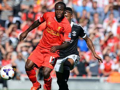 Victor Moses dihadang Nathaniel Clyne pada pertandingan sepak bola Liga Premier Inggris antara Liverpool dan Southampton di Stadion Anfield di Liverpool, (21/9/2013). (AFP/Paul Ellis)