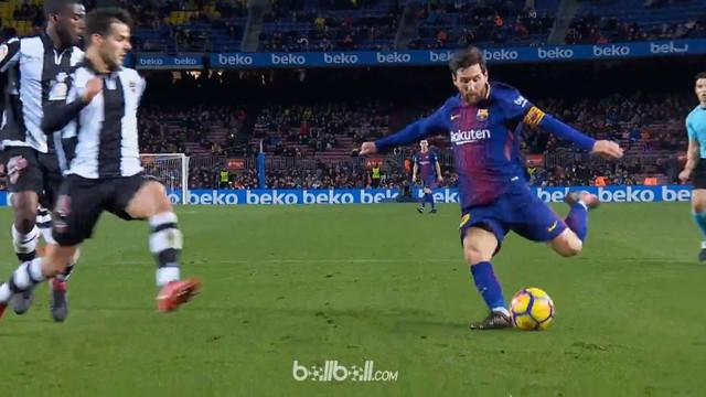 Berita video aksi Lionel Messi mengatasi 4 bek lawan untuk bantu Paulinho mencetak gol. This video presented by BallBall.
